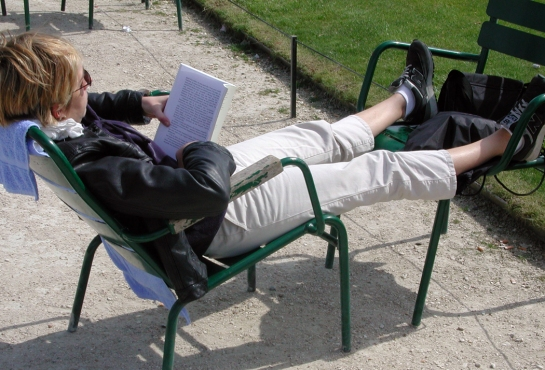 tuileries reading a book