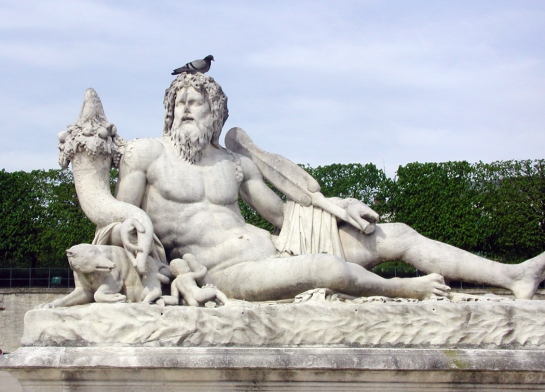 tuileries statue with bird